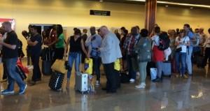 Aankomst op de luchthaven van Paramaribo.